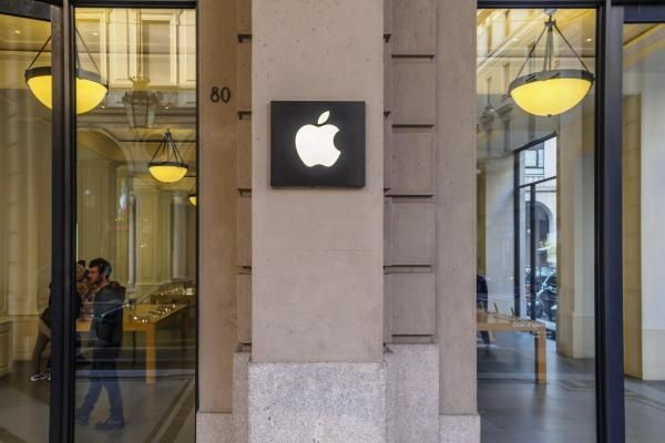 Apple Temporarily Re-Closes Dozens of Stores Across the US and UK